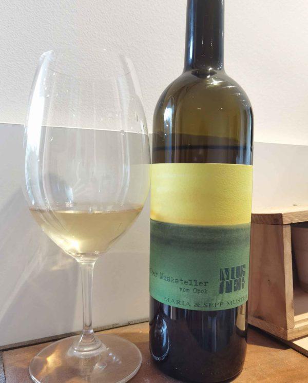 Muster Gelber Muskateller bottle and glass